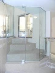 מחיצת זכוכית במסדרון