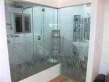 דלת זכוכית בחדר המקלחון