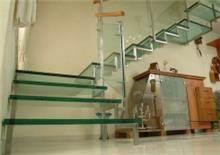מדרגות זכוכית עם מעקה