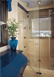 מקלחון חזית עם מתלה מגבות