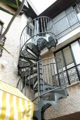 מדרגות לולייניות עם מדרך מעוצב - קו נבון