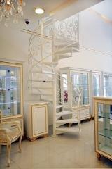 מדרגות לולייניות עם מעקה מעוצב - קו נבון