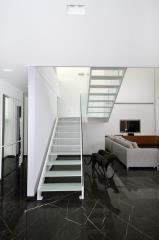מדרגות עם דופן כפול בשילוב זכוכית
