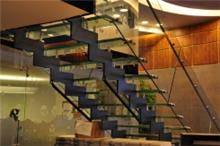 מדרגות בשילוב זכוכית