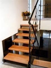 מדרגות פלדה בשילוב עץ בוק