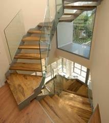 מדרגות עץ עם מעקה זכוכית