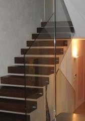 מעקה זכוכית חוצה קומות