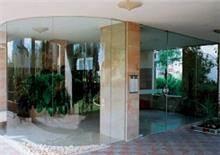 קירות זכוכית ללובי