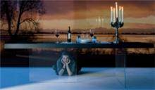 שולחן עם רגלי זכוכית