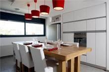 מטבח פורמייקה לבן עם שולחן