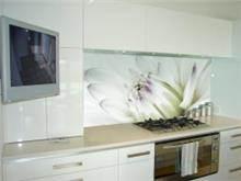 אריחי זכוכית לבנים בהדפס פרח לבן