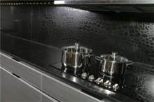 משטח קווארץ שחור מובלט למטבח