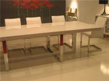 שולחן אוכל עם רגלי נירוסטה