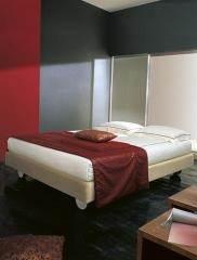 מיטה בגוון שמנת