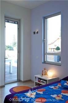חלון ודלת בחדר שינה