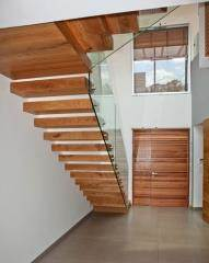מדרגות מעץ לבית