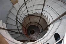 חדר מדרגות עגול  - אומנות הפורצלן
