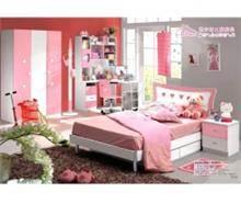 חדר ילדים ורוד לבן עם לבבות