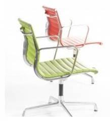 כסאות בצבעי ירוק ואדום