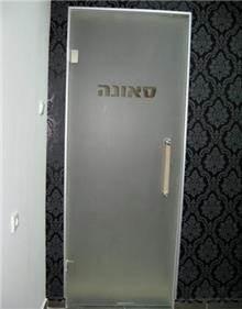 דלת עשויה זכוכית