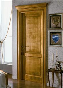 דלת פנים בגוון עץ
