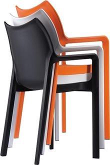 כסאות נערמים בשלל צבעים