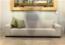ספה תלת מושבית בהירה