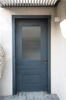 דלת כניסה אפורה