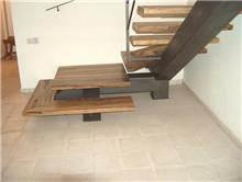 מדרגות בגוון עץ
