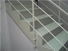 מדרגות אפורות