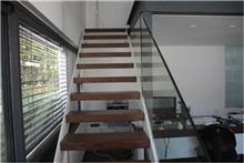 מדרגות חומות