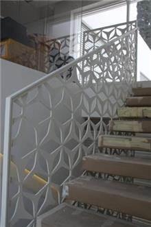 מעקה לבן לחדר המדרגות