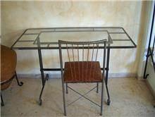 שולחן עשוי מתכת
