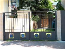 שער מתכת בכניסה לחצר