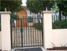 שער בכניסה לחצר