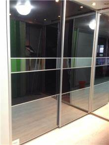 ארון דלתות זכוכית