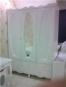 ארון לבן מעוצב