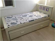 מיטה בגוון לבן