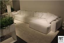 ספה לבנה בעיצוב אלגנטי