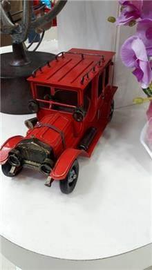 מכונית רטרו אדומה
