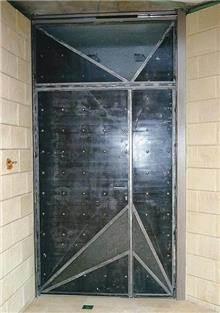 דלת כניסה בשילוב זכוכית