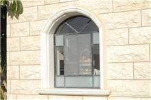 חלון בלגי בצורת קשת