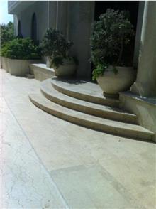 מדרגות כניסה לבית