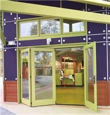 דלתות אקורדיון צהובות