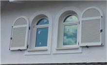 חלון עץ מלא