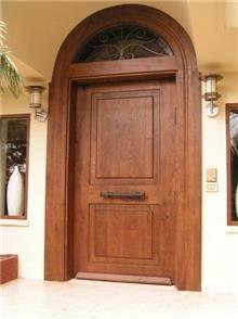 דלת עץ גבוהה