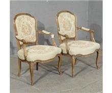 כסאות עתיקים לפינת אוכל