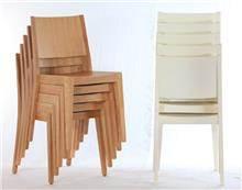 כסאות בגווני עץ