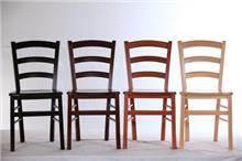 כסאות בגווני עץ לבית