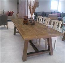 שולחן נזירים במראה מיושן